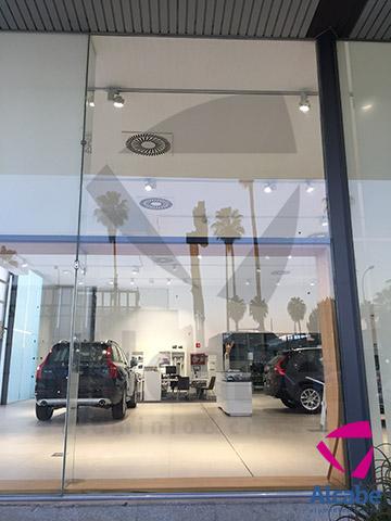 Volvo Sevilla. Instalación de cristales para escaparates exteriores