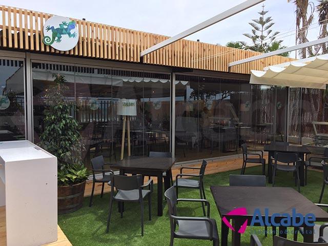 Instalación de un cerramiento completo de cortinas de cristal en Tulúm Club & Restaurant, de Chipiona, Cádiz