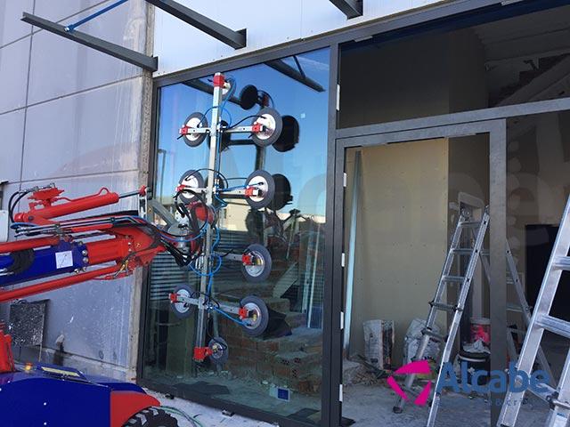 Nuestro Robot Cristalero KS 900 ayudándonos en el montaje de un escaparate en Centro Comercial
