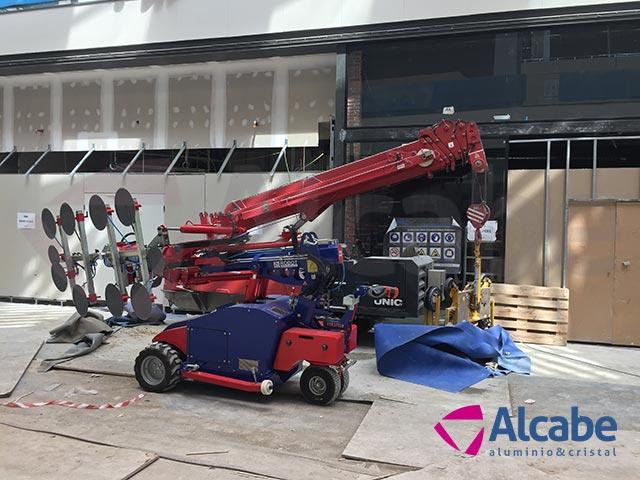 Robot cristalero para colocación de cristales en el Centro Comercial LAGOH