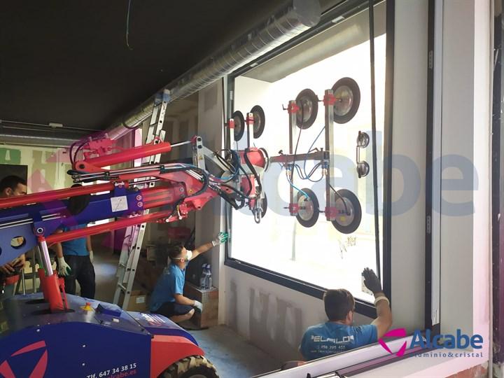 Instalación Cristales Escaparate con Robot Cristalero Tienda KeDisparaT Sanlúcar de Barrameda