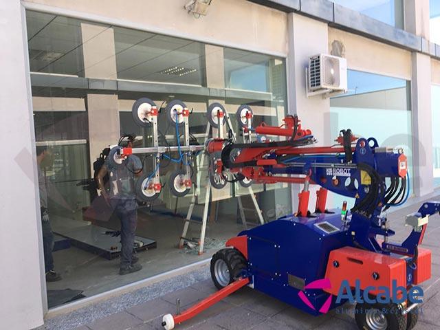 Robot Cristalero durante el montaje de un Cristal de gran envergadura para un Escaparate de un negocio ubicado en el PIBO, Sevilla
