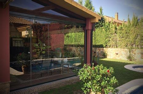 Instalación de cortina de cristal para el cerramiento de porche en chalet