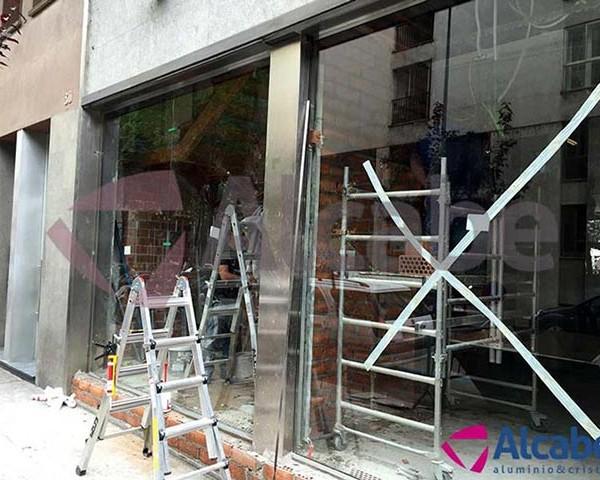 Instalación del escaparate de vidrio en Girona, para la empresa General Óptica
