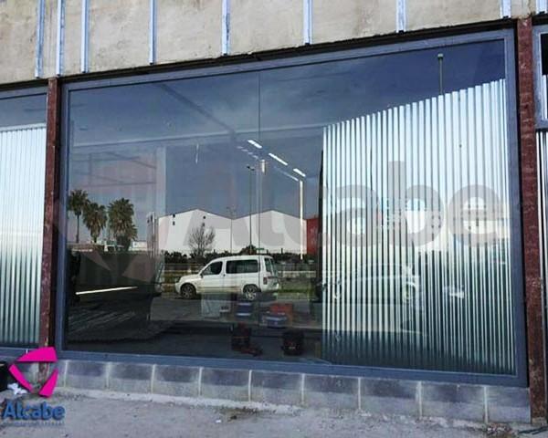 Vista de la instalación del escaparate en Huelva para Nissan