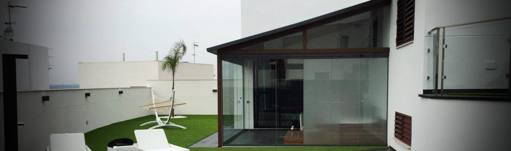 Acristalamiento de porches en chalets y viviendas unifamiliares
