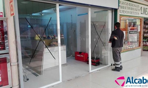 Instalación de escaparate con vidrio de seguridad para un local en el Centro Comercial ALCAMPO de Sevilla