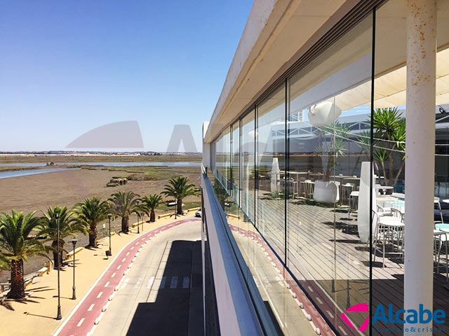 Barandillas de vidrio con cortinas de cristal en Capitana Isla Cristina (Huelva)