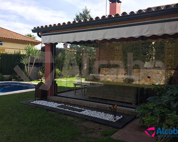 Cerramiento del porche del jardín trasero de chalet en Montequinto (Dos Hermanas, Sevilla)
