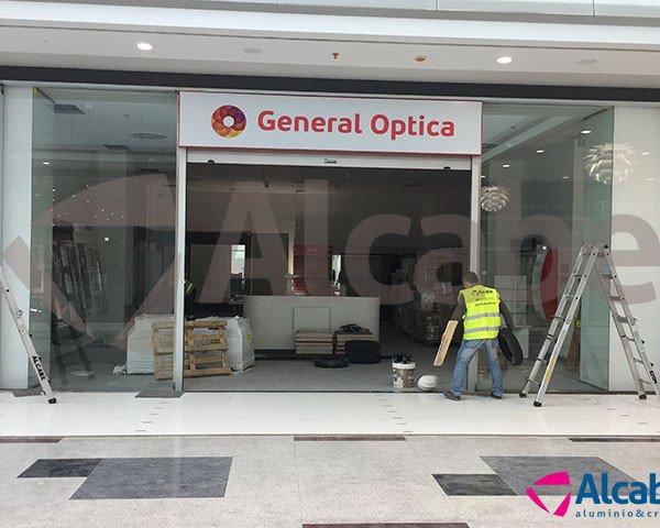 Instalación de Escaparate para el local comercial de la tienda de General Óptica Centro Comercial NEVADA (Armilla, Granada)