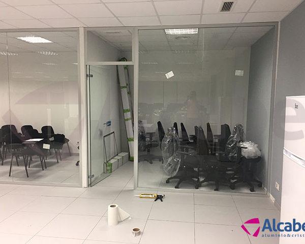 División de oficinas con mamparas de cristal en Salesland, Barcelona