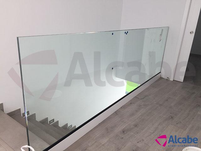 Barandilla de cristal para escalera de interior en chalet