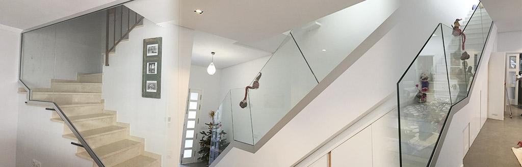 Instalamos la barandilla de cristal para la escalera de su vivienda o negocio