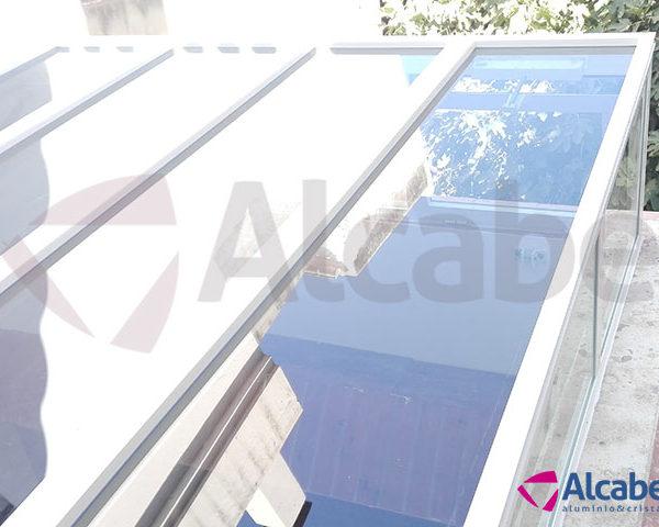Instalación de techo de cristal en patio interior con canaleta incluida