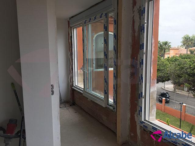 Cortina de cristal para ventanal grande en apartamento de Torremolinos