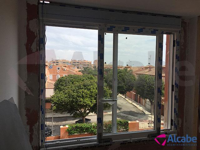 Ventanales con cortinas de cristal en apartamento en Torremolinos