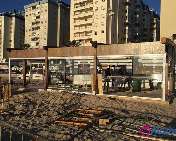 Cerramiento de cristal en Chiringuito Playa de la Victoria (Cádiz)