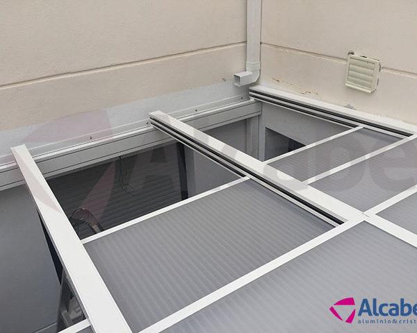 Instalación de un cerramiento con un techo móvil para el patio interior en una vivienda en Utrera, Sevilla.