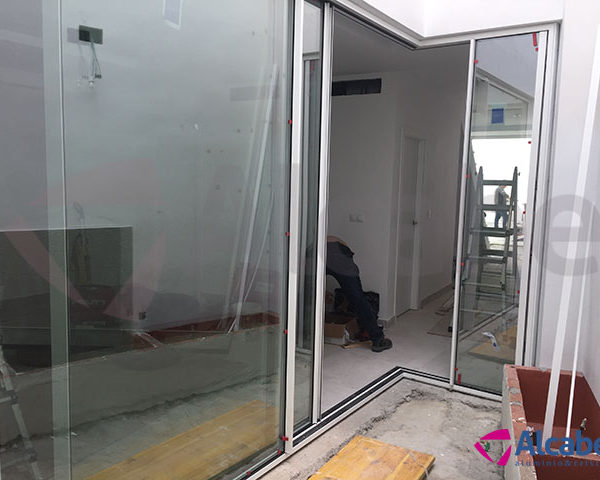 Instalación de un cerramiento de cristal en el patio interior de un chalet.