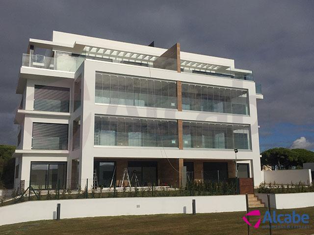 Acristalamiento de fachada en edificio de oficinas con cortinas de cristal, en El Puerto de Santa María (Cádiz)