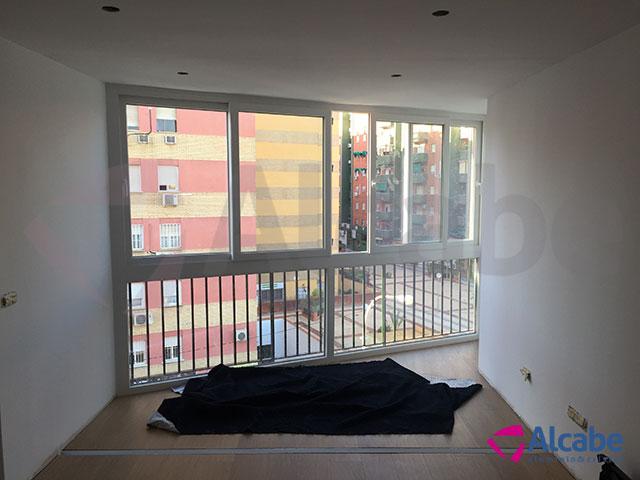 Cortina de cristal: Separación de terraza con el balcón (Santa Justa, Sevilla)