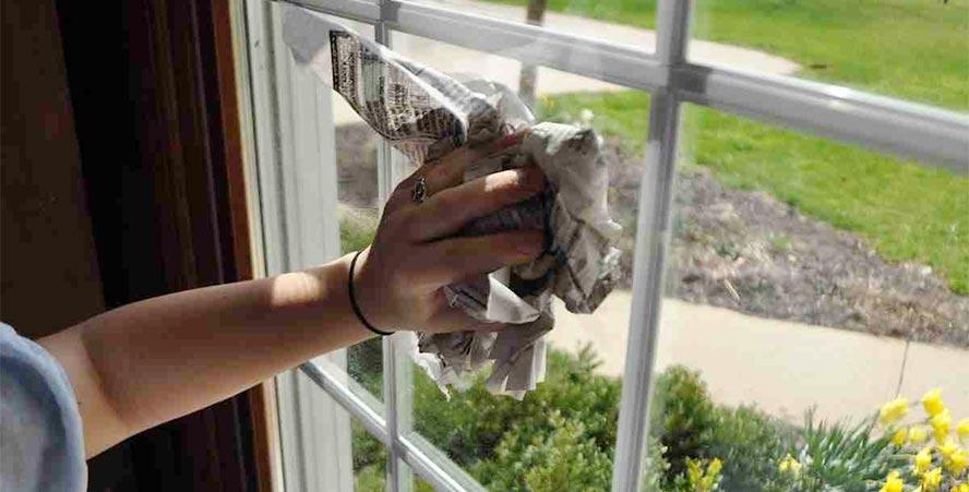 Truco para limpiar ventana con papel de periódico