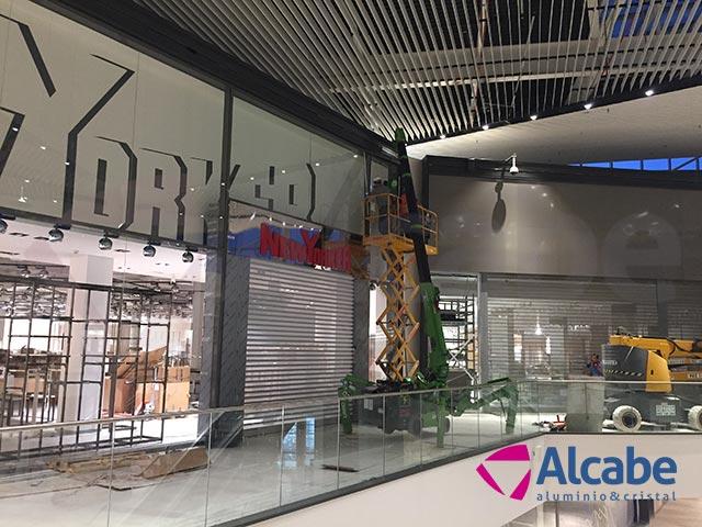 Centro Comercial LAGOH: Colocación de cristales con minigrúa
