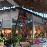 Minigrúa para colocación de cristales en el Centro Comercial LAGOH