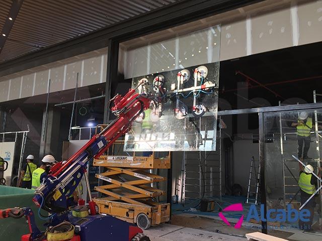 Centro Comercial LAGOH: Colocación de cristales con robot cristalero