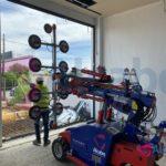 Instalación de Cristal en Escaparate con Robot Cristalero en las nuevas instalaciondes de Concesionario BMW en Sevilla