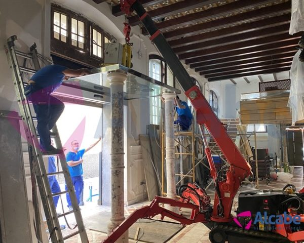Colocación con Minigrúa de Vidrio Pesado en Techo de Entrada a Restaurante en Sevilla