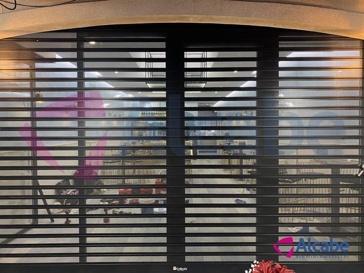 Instalación de persiana automática microperforada Collbaix, con guías reforzadas + Cortina Sunflex SF40 con perfiles verticales y doble acristalamiento