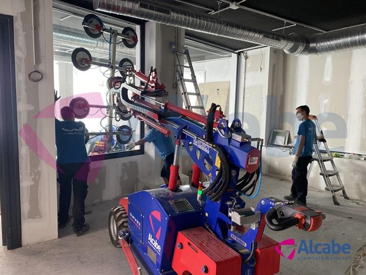 Instalación Cristales Escaparate con Robot Cristalero Tienda KeDisparaT Sanlúcar de Barrameda (Cádiz)
