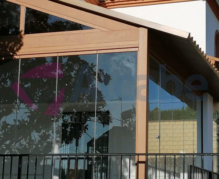 Estructura de aluminio + Techo panel de teja + Cerramiento cortinas de cristal